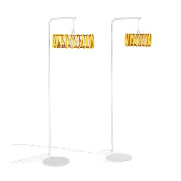 Stojací lampa s bílou konstrukcí a malým žlutým stínidlem EMKO Macaron
