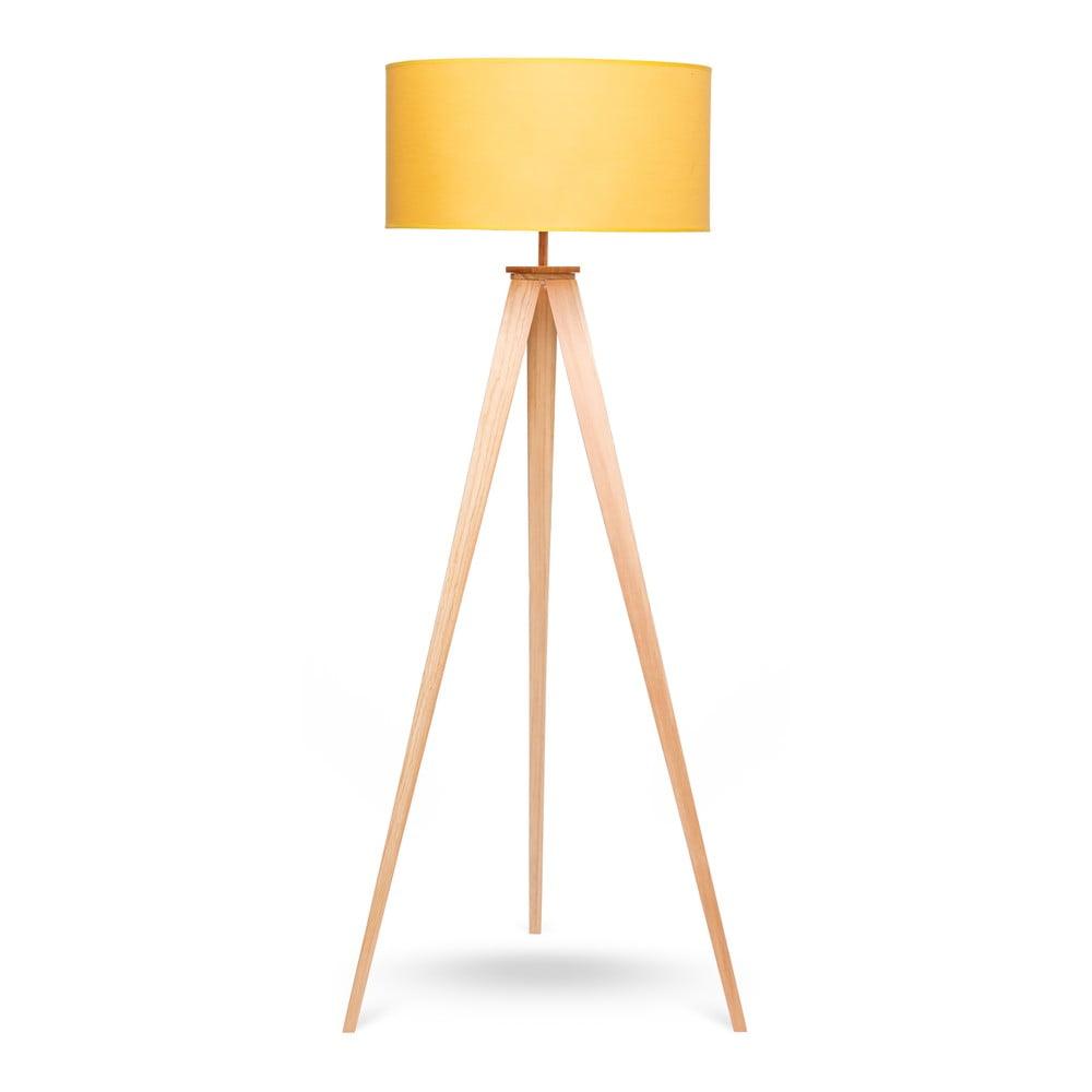 Stojací lampa s dřevěnými nohami a žlutým stínidlem loomi.design Karol