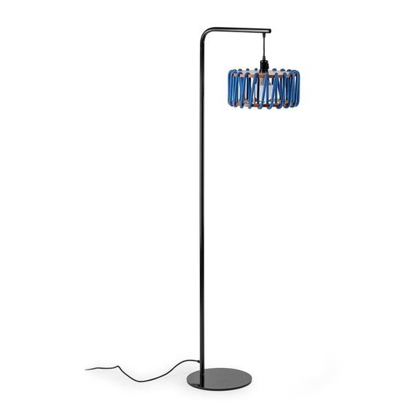 Stojací lampa s černou konstrukcí a malým modrým stínidlem EMKO Macaron