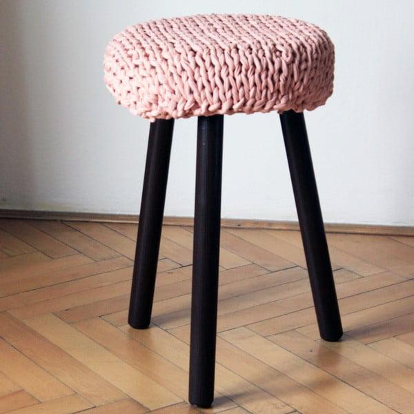 Háčkovaná nude židlička, tmavé nohy