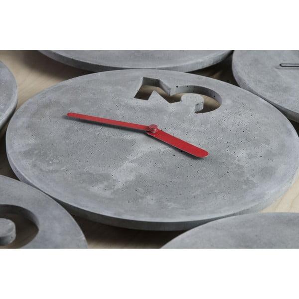 Betonové hodiny s plnými červenými ručičkami od Jakuba Velínského