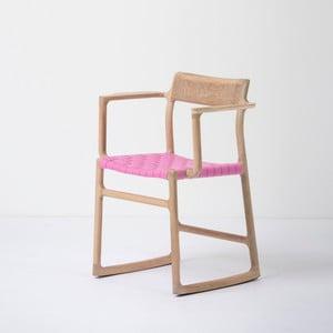 Jídelní židle z masivního dubového dřeva s područkami a růžovým sedákem Gazzda Fawn