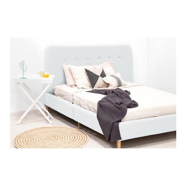 Světle modrá dvoulůžková postel s dřevěnými nohami Vivonita Mae, 140 x 200 cm