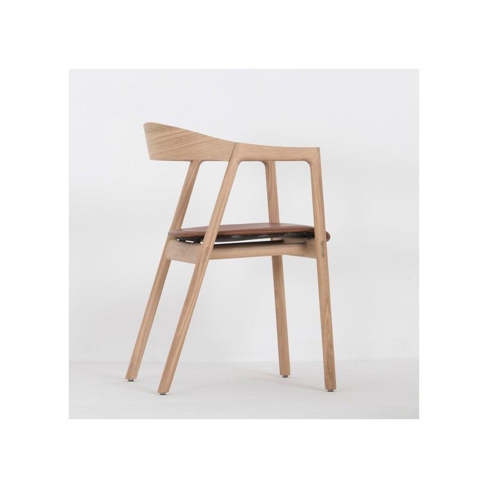 Jídelní židle z masivního dubového dřeva s koňakově hnědým sedákem z buvolí kůže Gazzda Muna