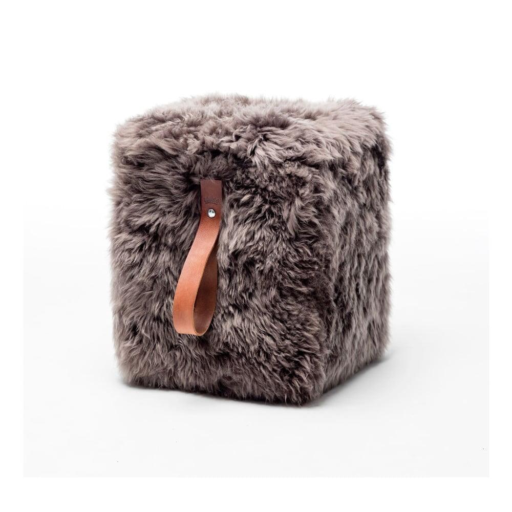 Hnědý hranatý puf z ovčí kožešiny s hnědým detailem Royal Dream, 45x45cm