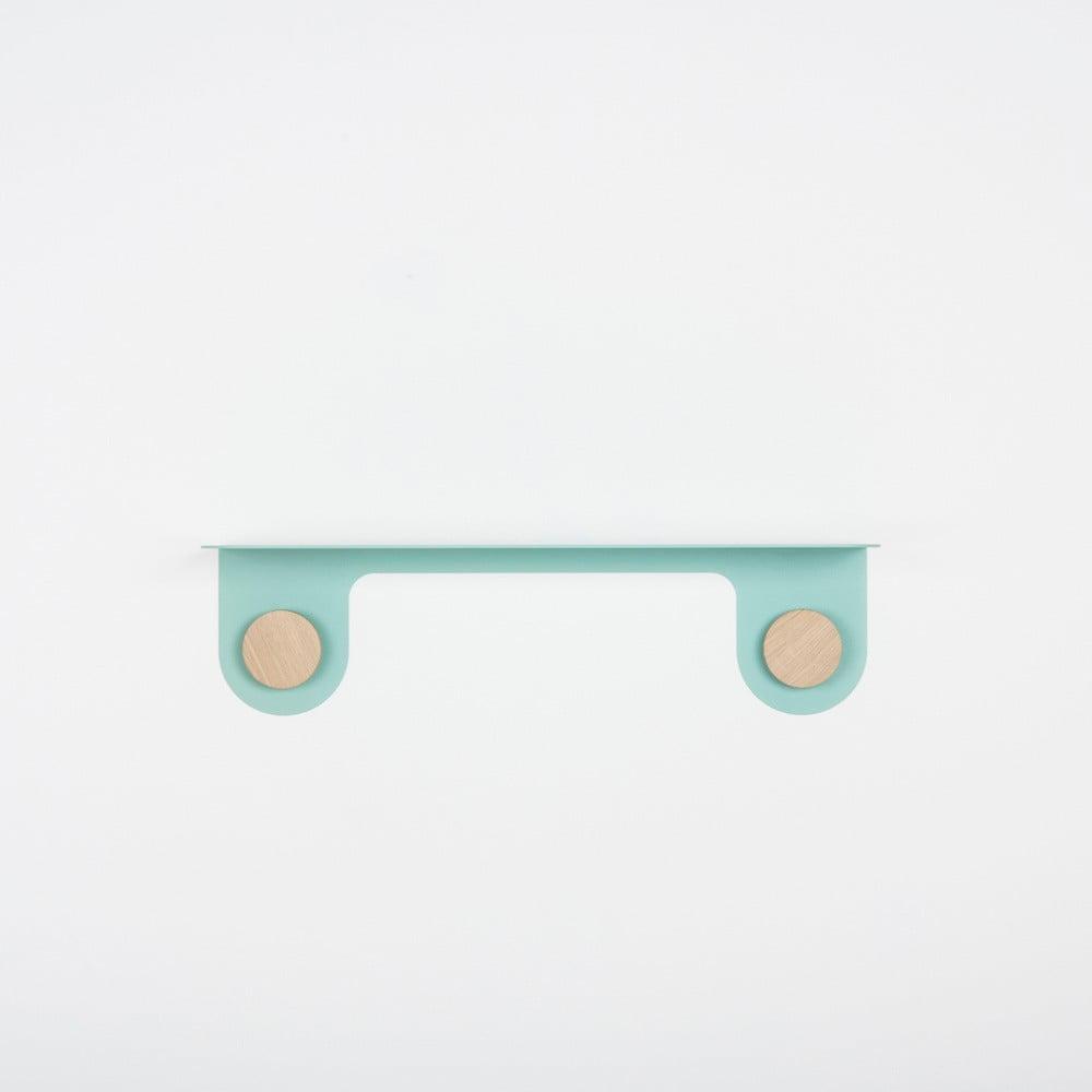 Nástěnná zelená police z oceli s detailem z dubového dřeva se 2 háčky Gazzda Hook, délka 50 cm