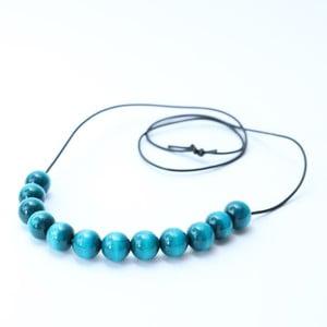 Tyrkysově modrý dřevěný dlouhý náhrdelník Ko-ra-le Long