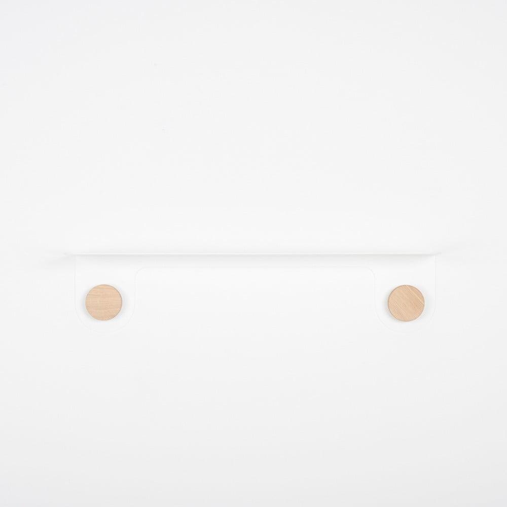 Nástěnná bílá police z oceli s detailem z dubového dřeva se 2 háčky Gazzda Hook, délka60cm