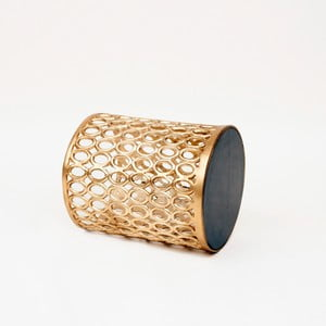 Odkládací stolek ve zlaté barvě s deskou z mangového dřeva Miloo Home Coco, ⌀34cm