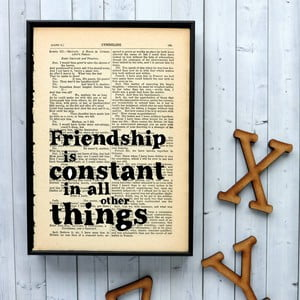 Plakát v dřevěném rámu Bookishly Shake Friendship