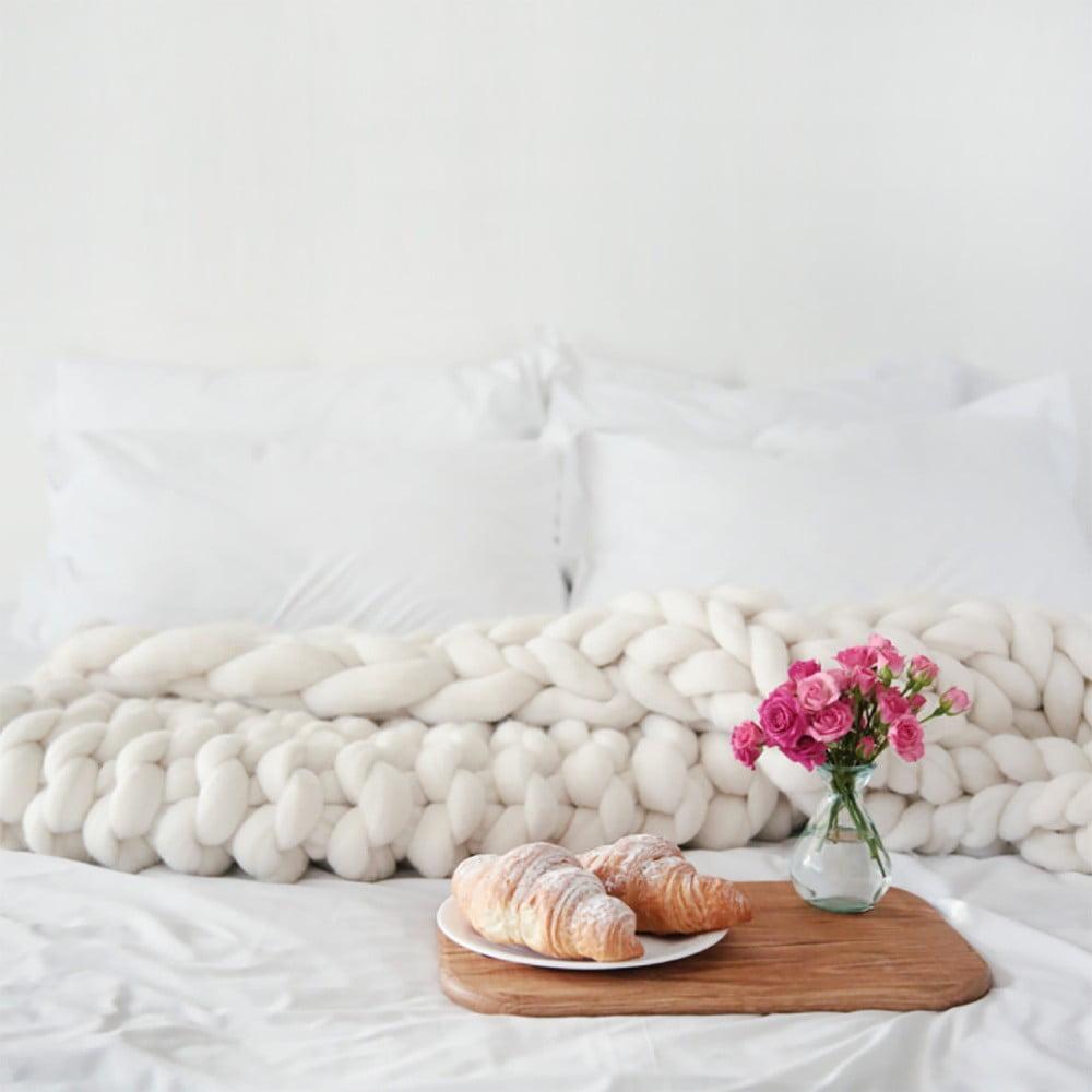 Krémová ručně pletená deka z merino vlny Concepttual Chunky, 125 x 130 cm